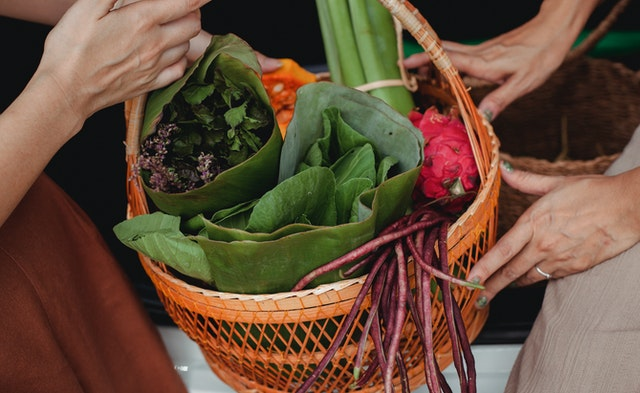 A reusable shopping basket with vegetables